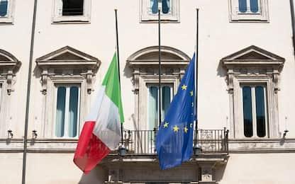 Coronavirus, bandiere a mezz'asta in tutta Italia