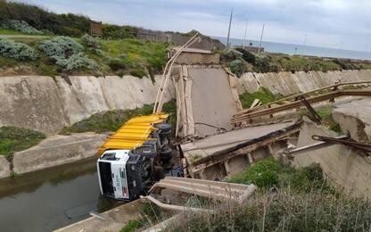 Crollato un ponte nel Sulcis, illese due persone. LE FOTO