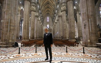Il concerto di Bocelli nel Duomo di Milano completamente vuoto. VIDEO