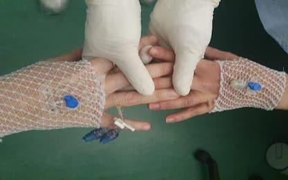 Coronavirus Salerno: 2 mamme si stringono mano per dare coraggio. FOTO