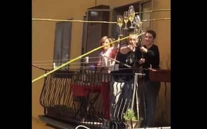 Coronavirus, brindisi a distanza sul balcone in quarantena. VIDEO
