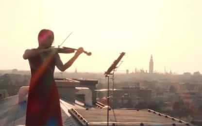 Coronavirus Cremona, violinista suona su tetto ospedale. VIDEO
