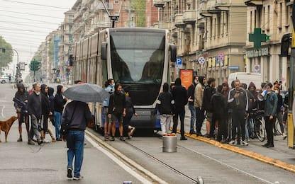 Torino, anarchici tentano di impedire due arresti: feriti 7 agenti