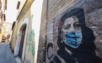 Coronavirus, il murales di Anna Magnani con mascherina. FOTO