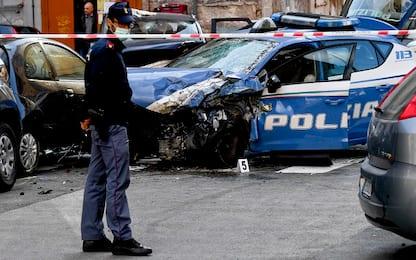 Napoli, volanti a sirene spiegate sotto casa del poliziotto morto