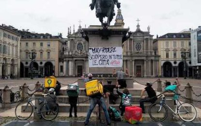 Primo maggio, rider in sciopero a Torino. Protesta in piazza San Carlo