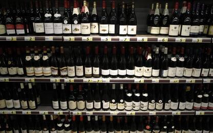 Roma, ruba alcolici e aggredisce titolare del negozio: arrestato
