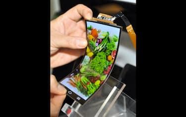 smartphone_tv_schermo_curvo_07_lg_schermo_flessibile_getty