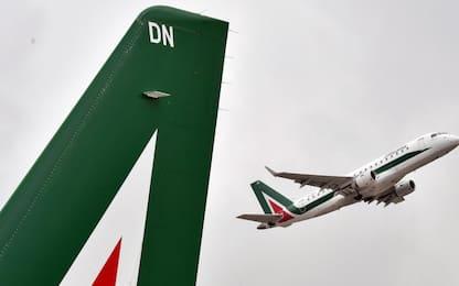 Linate, furgone urta l'ala di un aereo in sosta: illesi i passeggeri