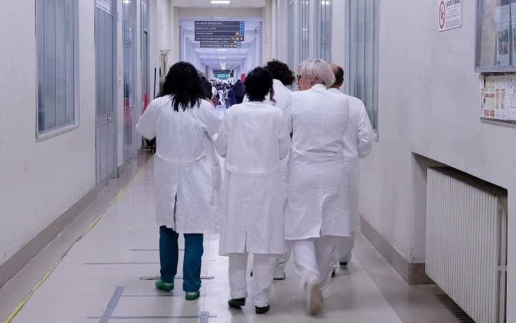 Napoli, lucrava su malate di tumore: dirigente medico ai domiciliari