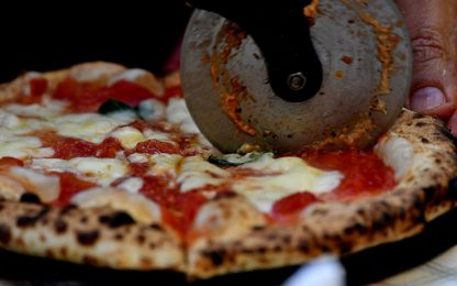 Filo di ferro nella pizza: uno studente a Bologna rischia di morire