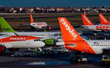 Coronavirus, diverse compagnie aeree annunciano tagli drastici