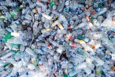 Roma, in 8 fermate metro riciclare la plastica regala biglietti Atac