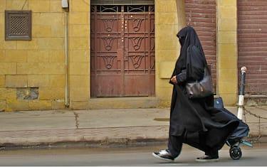 sotto_il_burqa_ed_yourdon_sneakers_cairo