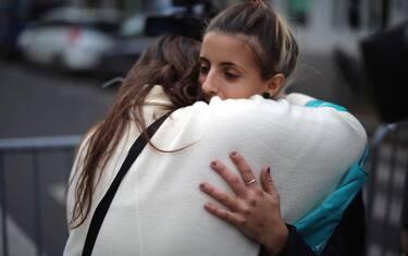 abbraccio_ragazze_vicino_bataclan_getty