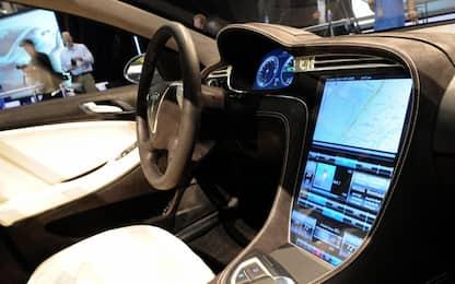 Tesla e McLaren, 'bug' nel software per l'apertura delle porte?