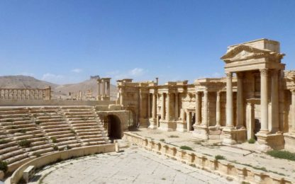 Palmira, Isis distrugge facciata teatro romano e Tetrapilo