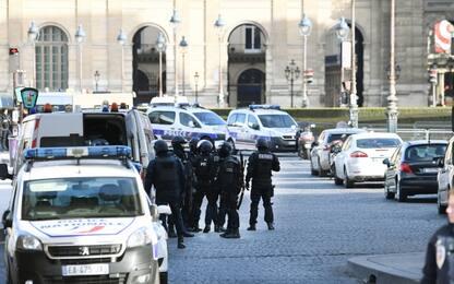 """Grida """"Allah Akbar"""" e assalta militari al Louvre, ferito grave"""