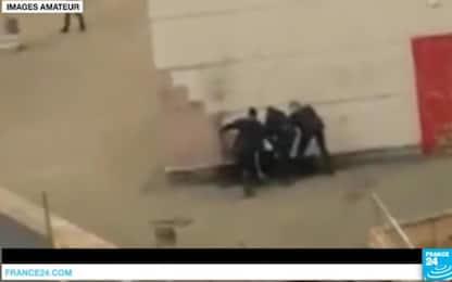 """Parigi, il ragazzo vittima di violenze: """"Basta guerra nelle banlieue"""""""