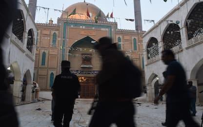 Pakistan, bomba in un tempio: almeno 100 morti, uccisi 39 terroristi