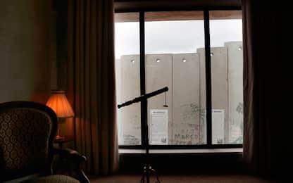Cisgiordania, albergo con vista sul muro: il nuovo progetto di Banksy