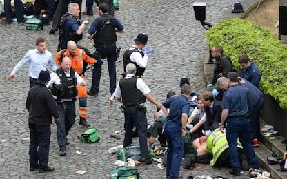 Attentato Londra, la foto del deputato che tenta di salvare l'agente