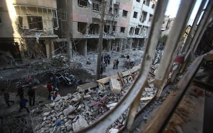 Siria, fonti locali: raid del regime con bombe a grappolo e napalm