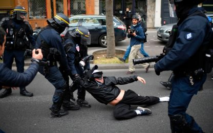 Parigi, scontri durante la manifestazione anti-Macron. FOTO