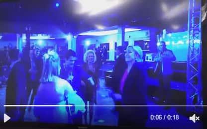 Marine Le Pen balla dopo l'annuncio della sconfitta