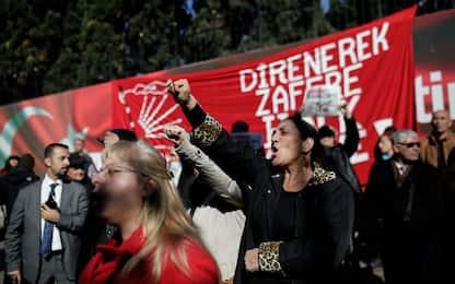 """Turchia, la denuncia di Amnesty: licenziamenti di massa """"arbitrari"""""""