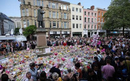 """""""Don't look back in anger"""": Manchester si unisce cantando gli Oasis"""