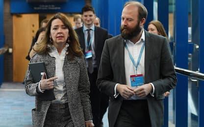 Uk, si dimettono 2 consiglieri di May. Intesa Tory-Dup per il governo