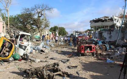 Mogadiscio, terroristi al Shabaab in due ristoranti: uccisi 31 civili