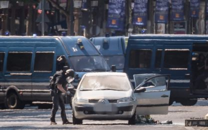 Parigi, attacco su Champs Elysées. FOTO