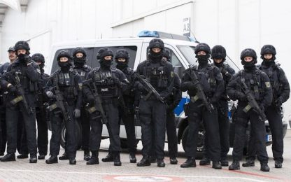 G20, scontri ad Amburgo: idranti contro i manifestanti
