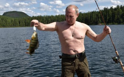 Le vacanze di Putin: a pesca in Siberia