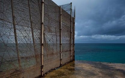Migranti, in mille tentano di assaltare Ceuta. Respinti dalla polizia