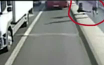 Londra, runner spinge donna (quasi) sotto al bus: arrestato un uomo