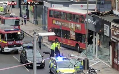 Londra, autobus a due piani si schianta contro negozio: 10 feriti