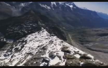 In picchiata tra le cime, il volo del drone sulle Alpi svizzere. VIDEO