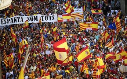 Barcellona, migliaia di persone al corteo contro l'indipendenza. FOTO