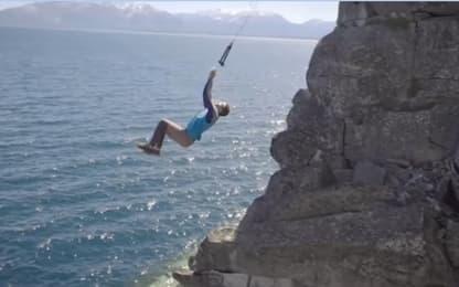 Si lanciano con una corda nel lago: i tuffi sono da brividi. VIDEO