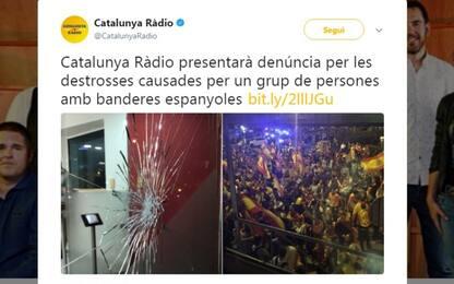 A Barcellona unionisti spagnoli assaltano Catalunya Radio. VIDEO