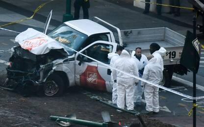 Attentato New York, furgone su pista ciclabile: 8 morti. È terrorismo