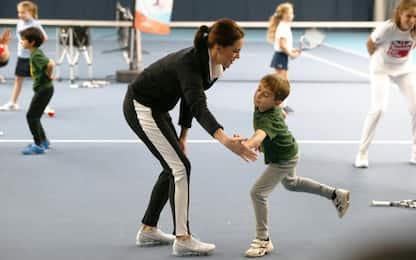 Kate Middleton, tuta e sneakers per giocare a tennis coi bambini. FOTO