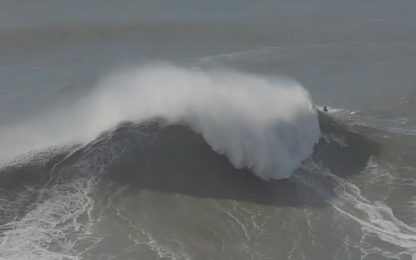 Le onde gigantesche in Portogallo viste dal drone. VIDEO