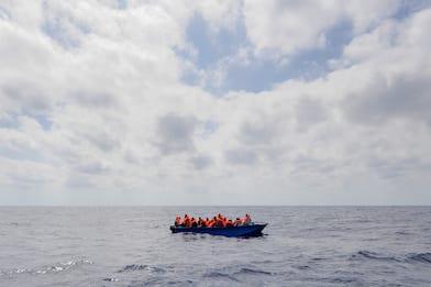 Naufragio a Lampedusa, sette cadaveri recuperati dai sommozzatori