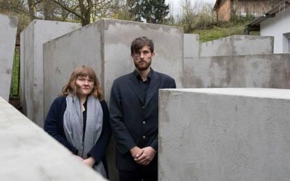 Politico critica Memoriale della Shoah, copia spunta sotto casa sua