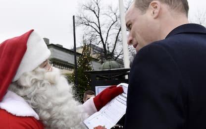 William consegna a Babbo Natale la letterina del piccolo George