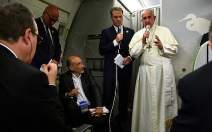 """Il Papa: """"Ho pianto coi Rohingya, volevano cacciarli dal palco"""""""